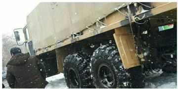کمک رسانی نیروهای ویژه ارتش به ۸۰ خودروی گرفتار در برف و کولاک چاراویماق و هشترود