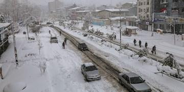 بارش برف در محورهای مواصلاتی آذربایجانشرقی/ داشتن زنجیر  برای تردد چرخ الزامی است