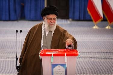 حضور رهبر معظم انقلاب در پای صندوق رأی