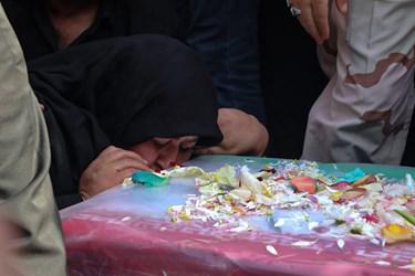 مادر احمد برای آخرین بار تابوب پسرش را می بوسد