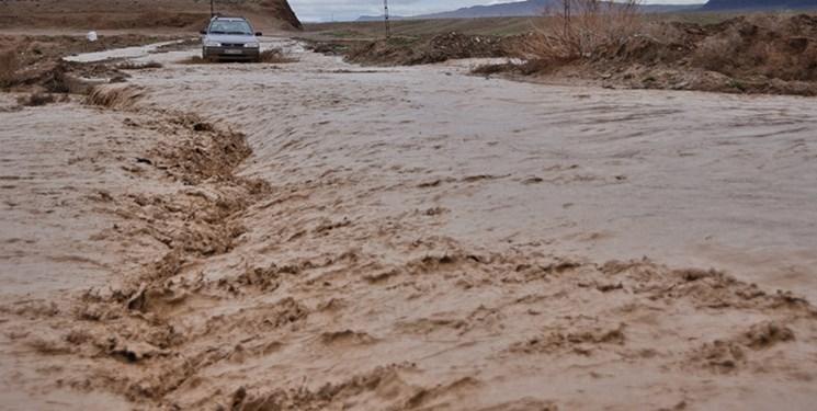 طغیان رودخانههای کوهرنگ در پی بارشهای سیلآسا/ نقاطی از جاده مستعد ریزش است
