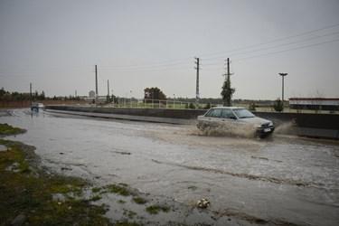 آبگرفتگی و جاری شدن سیل در حاشیه جاده سیمان تهران