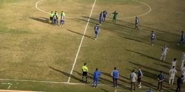لیگ دسته اول فوتبال| دیدار ملوان و استقلال خوزستان نیمهتمام ماند/ احمدزاده تیمش را بیرون کشید