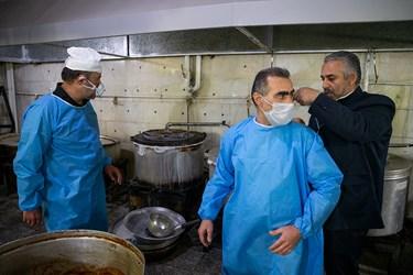 خادمین برای رعایت کامل اصول بهداشتی به لباس های یک بار مصرف مجهز میشوند / طبخ غذای متبرک رضوی برای بیمارستانهای تهران