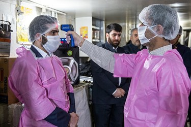 پایش خادمین برای جلو گیری از انتقال ویروس کرونا در ورودی آشپزخانه انجام می شود / طبخ غذای متبرک رضوی برای بیمارستانهای تهران