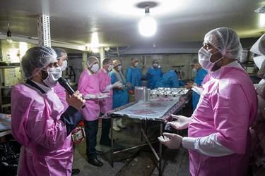 مراسم توسل به امام رضا (ع) هنگام پخت غذا توسط خادمین رضوی در محل آشپزخانه برگذار می شود / طبخ غذای متبرک رضوی برای بیمارستانهای تهران