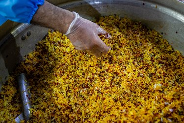 طبخ غذای متبرک رضوی برای بیمارستانهای تهران