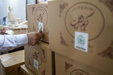 پس از آماده سازی ظروف غذا در بسته بندی های مخصوص تبرکات رضوی آماده ارسال به بیمارستانها می شود/ طبخ غذای متبرک رضوی برای بیمارستانهای تهران