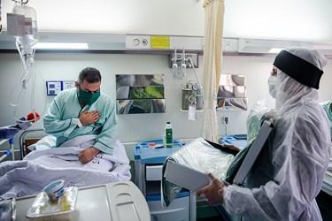 ادای احترام بیماران کرونایی  بیمارستان میلاد به پرچم حرم امام رضا (ع) بیماران