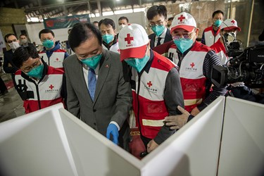 حضور چانگ هوا، سفیر کشور چین در ایران  در محل تحویل کمکهای بشر دوستانه کشور چین به ایران در راستای مقابله با ویروس کرونا