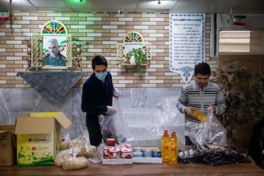 بسته بندی 200بسته خوراکی و بهداشتی توسط نوجوانان هیئت محبان الائمه (ع) دبیرستان ملاصدرا