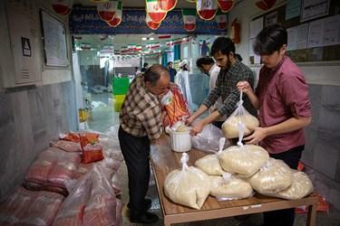 تقسیم و بسته بندی 5 کیلویی برنج های رد بسته های حمایتی