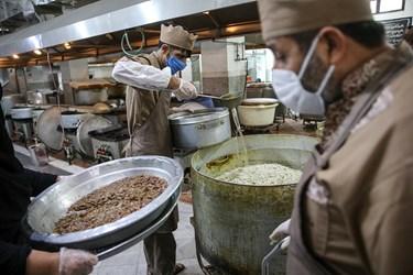 طبخ و توزیع غذای متبرک رضوی برای بیماران کرونایی