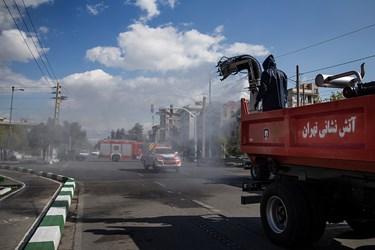 عملیات ضدعفونی منطقه 15 و 14 توسط خودور مکانیزه آتش نشانی در خیابان نبرد