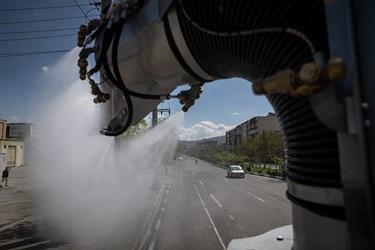 عملیات ضدعفونی منطقه 15 و 14 توسط خودور مکانیزه آتش نشانی در خیابان آهنگ