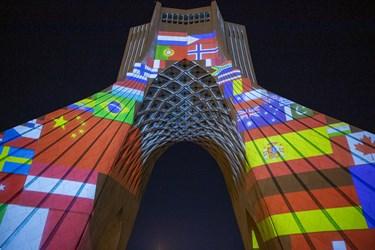 نمایش پرچم کشورهای درگیر ویروس کرونا در ویدئومپینگ برج آزادی