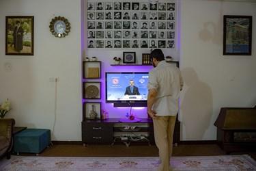 محمدعلی در خانهی خود اخبار رسمی مربوط به کروناویروس را که هر روز توسط سخنگوی ستادملی مبارزه با کرونا در خبر ساعت۱۴ از تلویزیون اعلام میشود، پیگیری میکند.