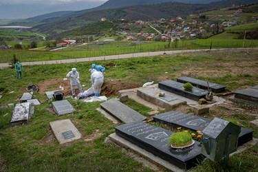 گروه طلاب جهادی پیکر صمد روحی که در اثر ابتلا به بیماری کرونا در ساری درگذشت را در حاشیه روستای پرکوه در دودانگه ساری دفن میکنند.