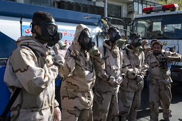 نیروهای جهادی قرارگاه مدافعان سلامت قمربنی هاشم درحال آماده شدن جهت ضدعفونی معابر میدان انقلاب