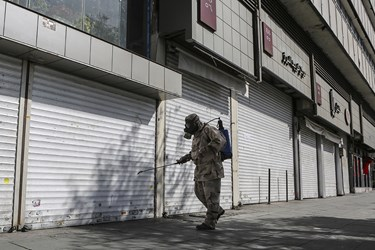 ضدعفونی معابر اطراف میدان انقلاب توسط  نیروهای جهادی قرارگاه مدافعان سلامت قمربنی هاشم