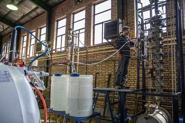 مهندس سید حسین احسانی در حال گرفتن محصول از برج تقطیر.