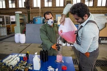 پس از ترکیب الکل و آب که درصد آن به 71 میرسد مهندسان برای قوطی های کوچک الکل ها را اندازه گیری میکنند.