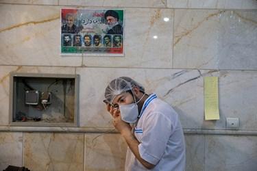 نیروی جهادی  که با تعطیلی دانشگاه ها در کنار فعالیت جهادی در آشپزخانه هیئت مشغول گوش دادن به کلاس درس آنلاین مجازی می باشد.او کم شنوا است.