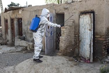 ضدعفونی سرویس بهداشتی یکی از منازل کوره های آجر پزی توسط نیروهای جهادی احیاءالقلوب