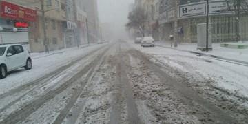 بارش برف در آخرین روزهای فصل پائیز/ استفاده از زنجیر چرخ برای تردد در جادههای اردبیل ضروری است