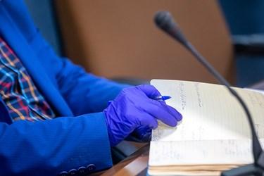 استفاده دستکش های یک بارمصرف به دلیل شیوع کرونا در ایران توسط مدیران و مسعولین حاضر در نشست کارگروه جهش تولید در سازمان برنامه و بودجه کشور