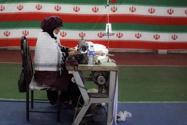 دوخت ماسک های بهداشتی توسط خواهران بسیجی در کارگاه تولید لوازم بهداشتی کارون /اهواز