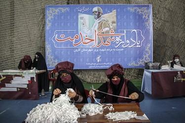 تولید ماسک، دستکش و لباس بیمارستانی که به همت خواهران بسیجی در شهرستان کارون/اهواز