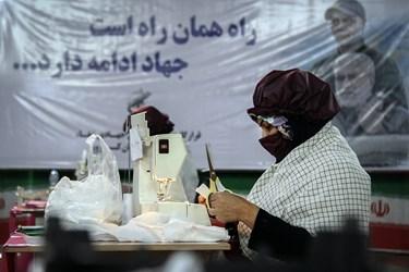 تولید ماسک بهداشتی  در کارگاه تولید لوازم بهداشتی توسط بسیجیان در کارون/اهواز
