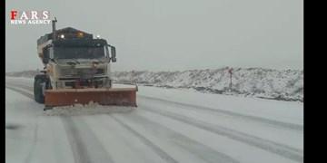 انجام عملیات برفروبی و نمکپاشی محورهای کوهستانی پس از بارش برف بهاری+فیلم