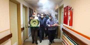 عکس| تمسک بیماران کرونایی بیمارستان ولایت به پرچم بارگاه علیابن موسیالرضا(ع)