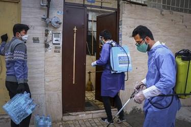 گروه جهادی شهدای مدافع حرم پایگاه بسیج مسجد امام حسین(ع) ضمن اهدای بسته های بهداشتی به ضدعفونی کردن منازل می پردازند.