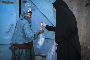 گروه جهادی بسته های حاوی ماسک و محلول ضد عفونی کننده را درب منازل تحویل می دهند.