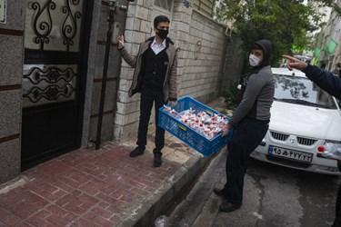 توزیع بسته ضدعفونی و فرهنگی درب خانه های محل