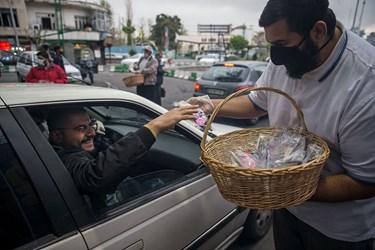 توزیع بسته های بهداشتی و فرهنگی در محدوده میدان شهدا توسط خادمین هیئت مکتب المهدی عج