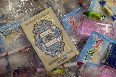 بسته های بهداشتی و فرهنگی آماده شده توسط خادمین جهت توزیع بین مردم