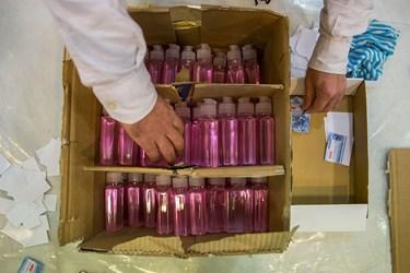 مواد ضدعفونی کننده توسط خادمین در بسته بندی بهداشتی و فرهنگی قرار می گیرد.