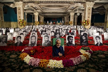 قاب عکس 600 شهید دفن شده در امامزاده به همراه عکس حاج قاسم سلیمانی در حسینیه امامزاده