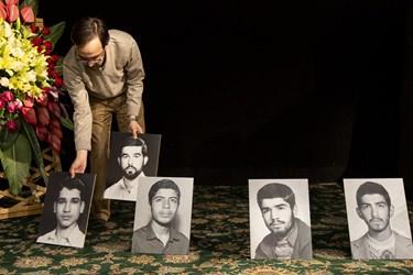 چیدن قاب عکس شهدای دفن شده در امامزاده به جای حضور مردم