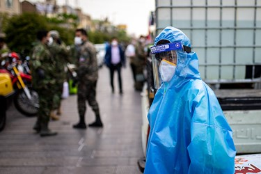 نیروهای عمل کننده با استفاد از لباس های مخصوص و لوازم حفاظت انفرادی جهت ضد عفونی محیط اقدام کردند