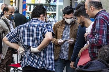 خرید و فروش تلفنهمراه  توسط دستفروش ها در مقابل پاساژ علاءالدین