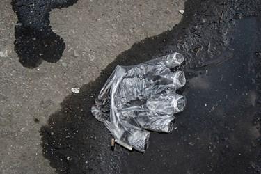 دستکش آلوده و رها شده در خیابان لالهزار