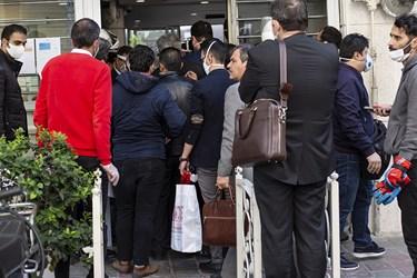 ازدحام متقاضیان تولیدتجهیزات پزشکی در مقابل درب ورودی سازمان تجهیزات پزشکی وزارت بهداشت.