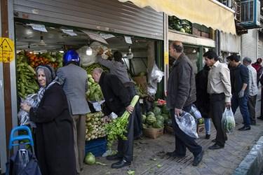 عدم رعایت فاصله اجتماعی در میادین میوه و تره بار