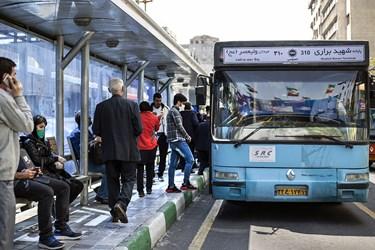 تجمع مسافران در ایستگاه اتوبوس تقاطع خیابانهای جمهوری و حافظ