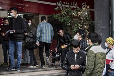 ازدحام خریداران ارز در مقابل  صرافی شهر واقع در میدان فردوسی